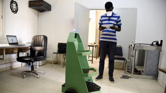 Pape Mamadou Gueye, étudiant en génie mécanique à l'Ecole Supérieure de Polytechnique (ESP) de Dakar, s'occupe d'un robot, le 8 mai 2020.