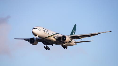 Pakistan : un avion de ligne avec une centaine de personnes à bord s'écrase sur un quartier résidentiel de Karachi