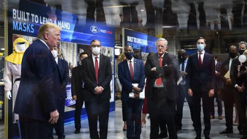 Etats-Unis : Donald Trump refuse de porter un masque devant les caméras lors d'une visite d'usine