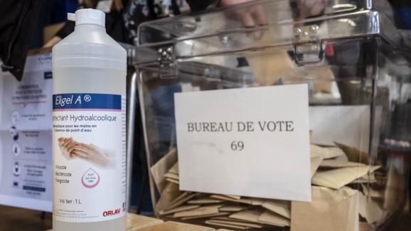 Un bureau de vote, le 15 mars 2020 à Paris, à l'occasion du premier tour desélections municipales.