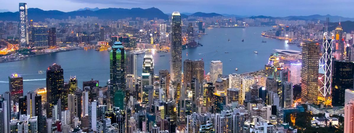 """Vue de la \""""jungle de béton\"""" que constitue l\'enchevêtrement des buildings sur l\'île de Hong Kong."""