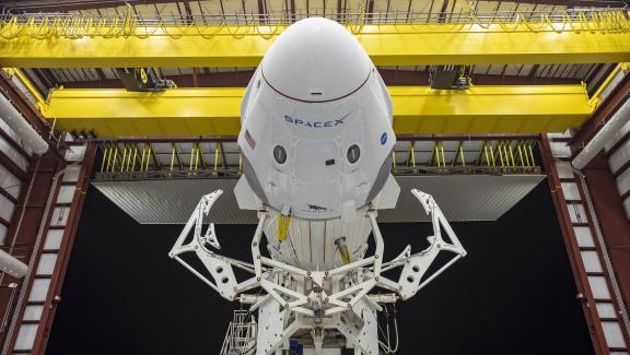 La capsule Crew Dragon et la fusée Falcon 9 de SpaceX en position horizontale, le 21 mai 2020, au Centre spatial Kennedy (Floride, Etats-Unis).