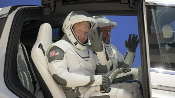 Les astronautesDouglas G. Hurley (à g.) et Robert L. Behnken (à dr.), vêtus de leurs combinaisons spatiales créées par SpaceX, au Centre spatial Kennedy (Floride, Etats-Unis), le 23 mai 2020.
