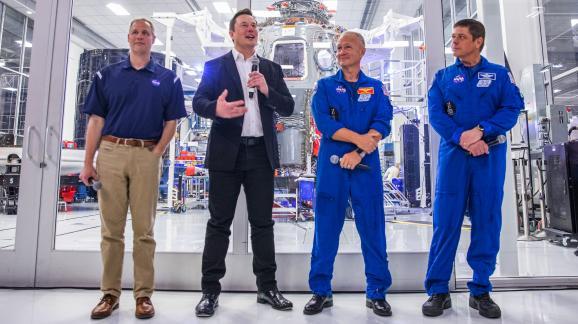 Elon Musk (en noir), patron de SpaceX, en conférence de presse avec Jim Bridenstine (à g.), administrateur de la Nasa, et les astronautes Douglas Hurley et Robert Behnken, le 10 octobre 2019 dans les locaux de SpaceX, à Hawthorne (Californie, Etats-Unis).