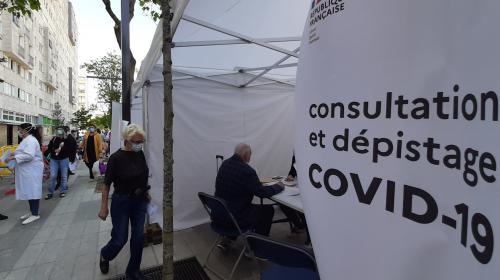 """""""L'Ile-de-France, c'est le plus grand désert médical"""" : des centres de dépistage mobiles du coronavirus dans les quartiers populaires"""
