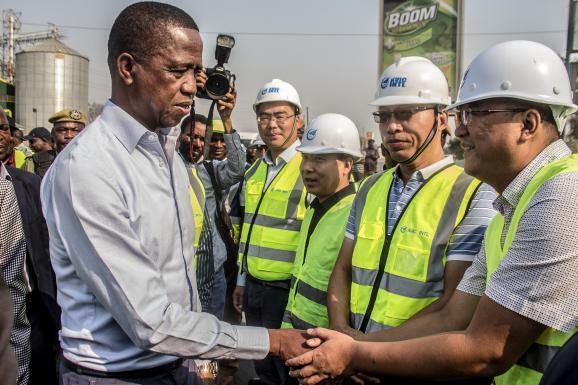 Le président zambien, Edgar Lungu, en train de saluer des représentants de la firme chinoise Aviation Industry Corporation of China (AVIC Intl) à Lusaka le 15 septembre 2018