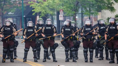 VIDEO. Etats-Unis: un journaliste de CNN arrêté en direct alors qu'il couvre le déploiement policier après les violences de la nuit à Minneapolis