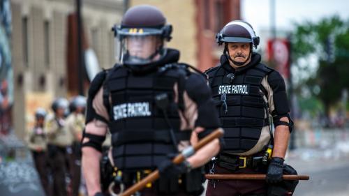 DIRECT. Minneapolis : le policier mis en cause dans la mort de George Floyd a été arrêté et inculpé d'homicide involontaire