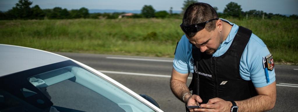 Un gendarme contrôle un automobiliste, le 7 mai 2020, sur une route de Bourg-en-Bresse (Ain).