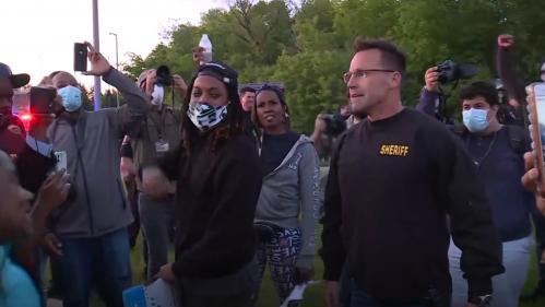 VIDEO. Mort de George Floyd : dans le Michigan, un shérif et des policiers fraternisent avec des manifestants