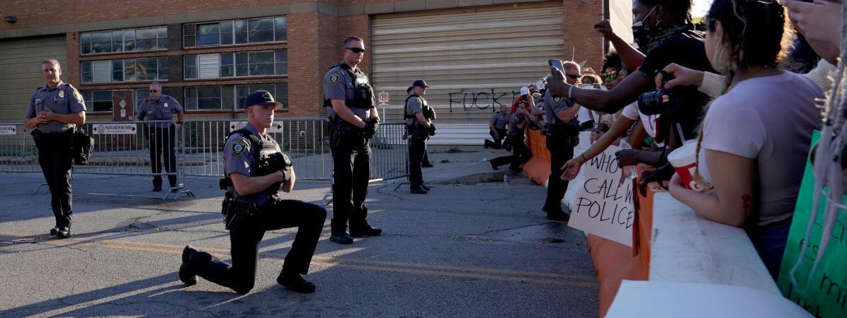 Un policier met un genou à terre en soutien aux manifestants contre les violences policières, à l\'extérieur du commissariat d\'Oklahoma City, aux Etats-Unis, le 31 mai 2020.