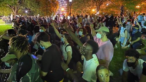 """""""Ils ne veulent pas entendre ce que l'on a à dire"""" : nouvelle soirée de manifestation devant la Maison Blanche"""