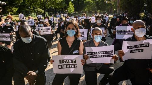 """""""Le racisme nous étouffe"""" : rassemblement à Paris en hommage à George Floyd"""