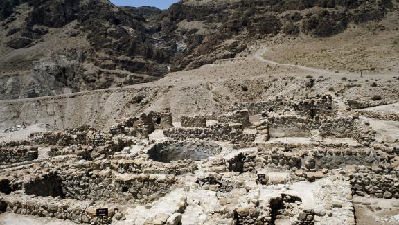 """Vue des grottes de Qumran (Quamran, Kumran ou Qoumran) sur la mer Morte où furent retrouvés les \""""manuscrits de la Mer Morte\""""."""