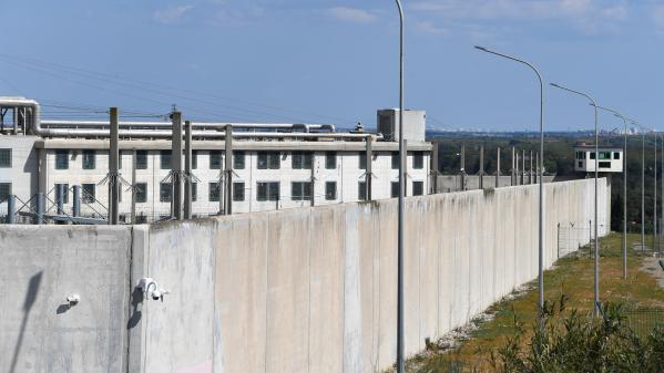 """Prisons : près de mille personnalités et organisations appellent Emmanuel Macron à """"une véritable politique de déflation carcérale"""""""