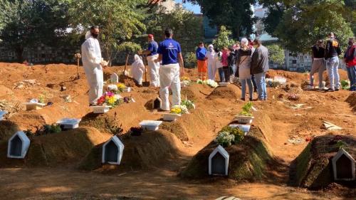 """VIDEO. """"Il faut garder son sang-froid"""" : au Brésil, le plus grand cimetière d'Amérique latine submergé par les morts du coronavirus"""
