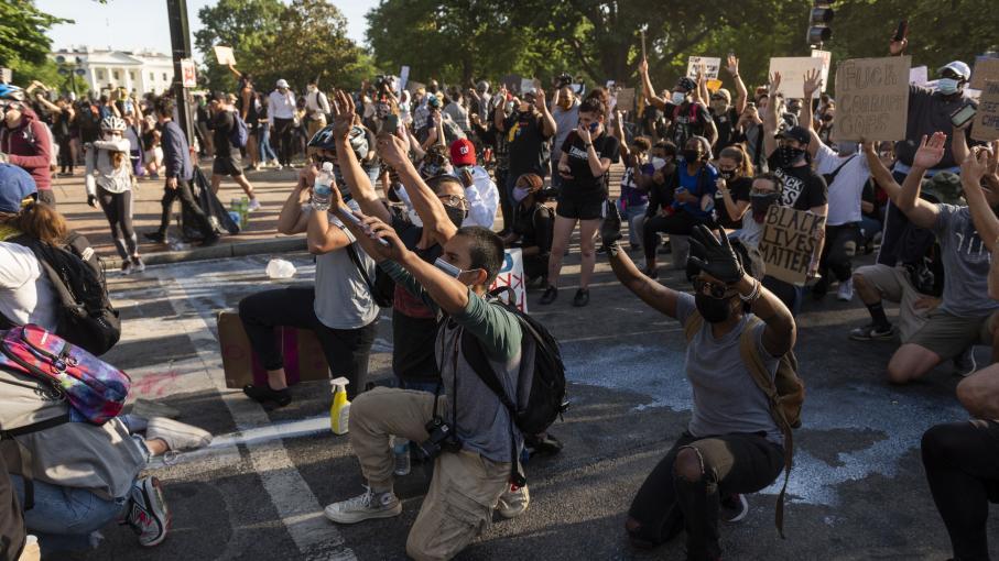 Etats-Unis : de jeunes manifestants blancs et noirs unis
