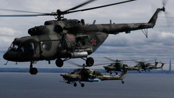 Hélicoptères russes dans le ciel de Saint-Pétersbourg lors d\'une répétition pour le défilé aérien prévu dans le cadre de la célébration du Jour de la Victoire, le 7 mai 2020. Evènement marquant le 75e anniversaire de la victoire contre l\'Allemagne nazie, à l\'issue de la Seconde guerre mondiale.