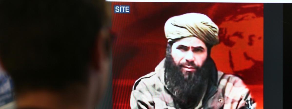 Un homme regarde une photo d\'Abdelmalek Droukdel, chef d\'Al-Qaida au Maghreb islamique (Aqmi), sur le site du groupe de surveillance américain SITE Intelligence, le 19 novembre 2010 à Paris (photo d\'illustration).