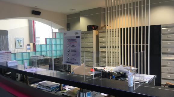 La mairie d'Haveluy a dû installer des Plexiglas à l'accueil et dans le bureau du maire. Une dépense qui a coûté 1 300 euros, une somme importante pour cette petite commune du Nord de la France.