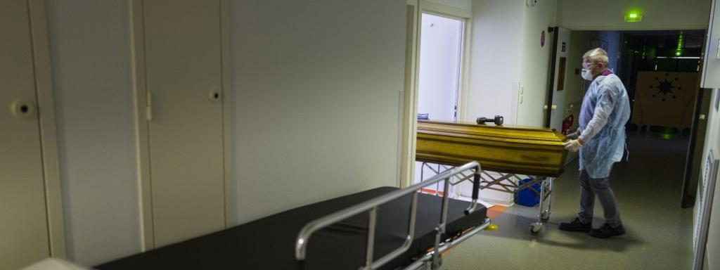 Un întreprinzător mută sicriul unei victime Covid-19 pe 5 aprilie 2020 în Mulhouse (Haut-Rhin).