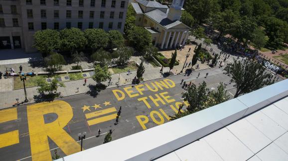 """Le slogan \""""définancez la police\"""" est inscrit en lettres géantes dans une rue de Washington, aux Etats-Unis, le 8 juin 2020."""