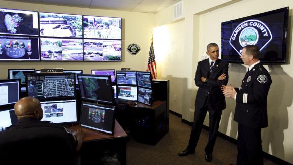 Le président Barack Obama visite les locaux de la police du comté de Camden, dans le New Jersey, le 18 mai 2015.