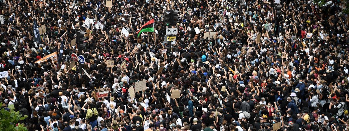 Plusieurs milliers de manifestants se sont réunis à Paris pour protester contre le racisme et les violences policières samedi 13 juin 2020.