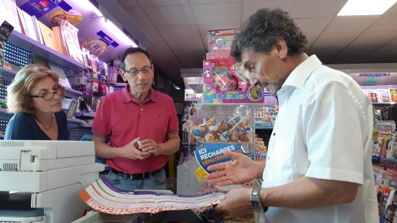 Mohed Altrad,candidat à la mairie de Montpellier (Hérault), en discussion avec les gérants d'un tabac-presse de la ville, le 16 juin 2020.
