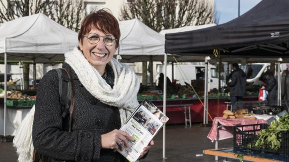 La candidate écologiste Anne Vignot, le 19 février 2020, lors de la campagne pour le premier tour des élections municipales, sur un marché de Besançon (Doubs).
