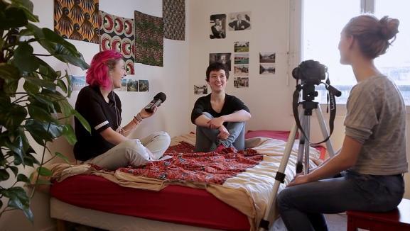"""Sur le .tournage de \""""Mon nom est clitoris\"""" deDaphné Leblond, Lisa Billuart Monet."""