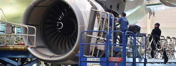 Sur le site d\'Airbus, à Blagnac (Haute-Garonne). La Convention citoyenne propose des mesures pour accompagnerla transition professionnelle des personnes travaillant dans les industries les plus polluantes.