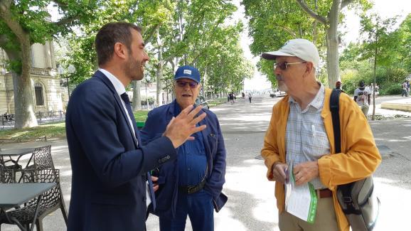 Michaël Delafosse (à gauche),candidat socialiste à la mairie de Montpellier (Hérault), en discussion avec des habitants de la ville, le 16 juin 2020.