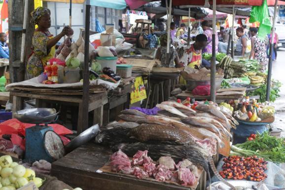 De la viande de pangolin sur un marché de viande de brousse, à Libreville, au Gabon, le 7 mars 2020.