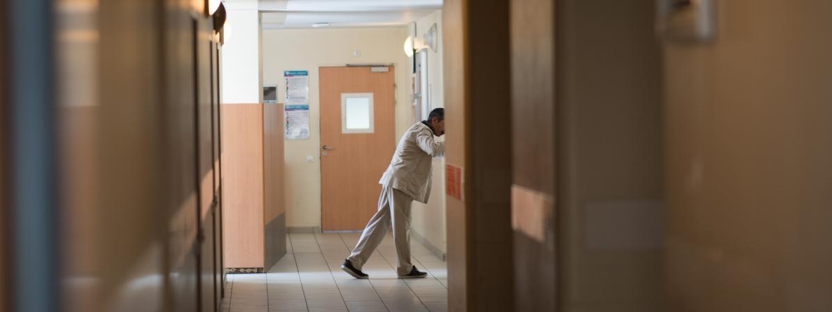 Un patient dans le couloir d\'un hôpital psychiatrique, à Bondy (Seine-Saint-Denis). Photo d\'illustration.