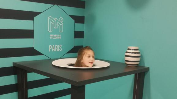 Illusion d'optique où l'on observe sa tête posée dans une assiette. Au musée de l\'illusion, à Paris.