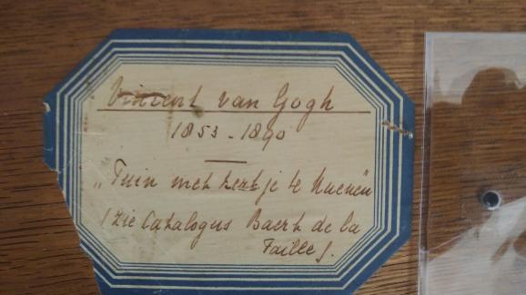 Verso du tableau de Van Gogh, Le Jardin du presbytère de Nuenen au printemps, où apparaissent notamment la provenance de la toile et l\'historique de ses propriétaires.