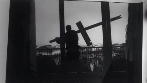 Loin de ses clichés habituels, le photographe de rock Richard Bellia présente son confinement dans son village de Lorraine