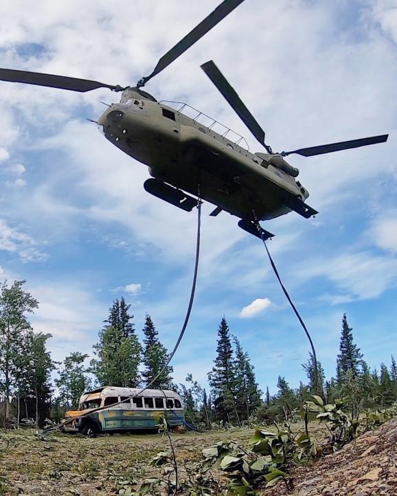 """Le bus du film \""""Into the Wild\"""" de Sean Penn déplacé par un hélicoptère de l\'armée le jeudi 18 juin 2020"""