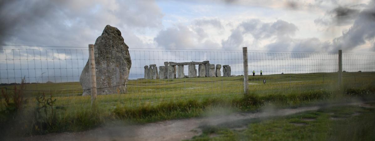 Vue lointaine du site archéologique de Stonehenge, sous protection le 20 juin 2020 pour éviter les rassemblements, et à proximité duquel des recherches ont abouti à une découverte majeure, dans le sud-ouest de l\'Angleterre