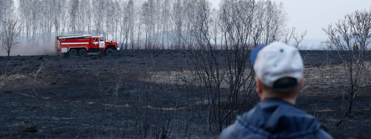 Un camion de pompier intervient sur un incendie, le 23 avril 2020 dans la région de Novossibirsk (Russie).