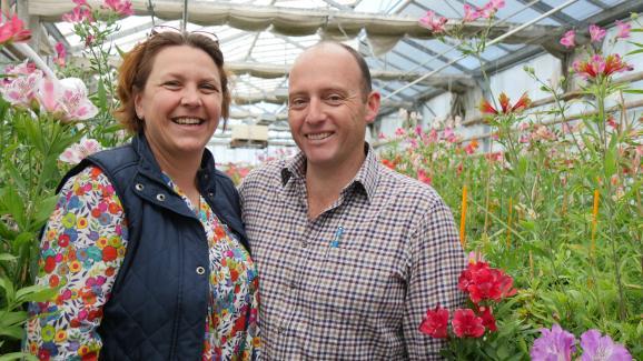 Cécile et Mark Hodson dans l'une des serres de leur entreprise angevine, Turcieflor.
