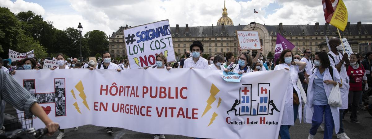 Des soignants manifestent place des Invalides pour réclamer davantage de moyens pour l\'hôpital public, le 16 juin 2020.