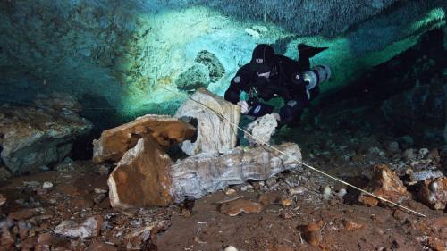des mines d'ocre sous-marines vieilles de 12 000 ans découvertes dans des grottes