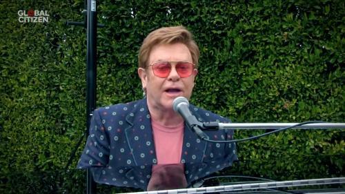 Le chanteur Elton John reporte d'un an ses concerts parisiens à cause du coronavirus