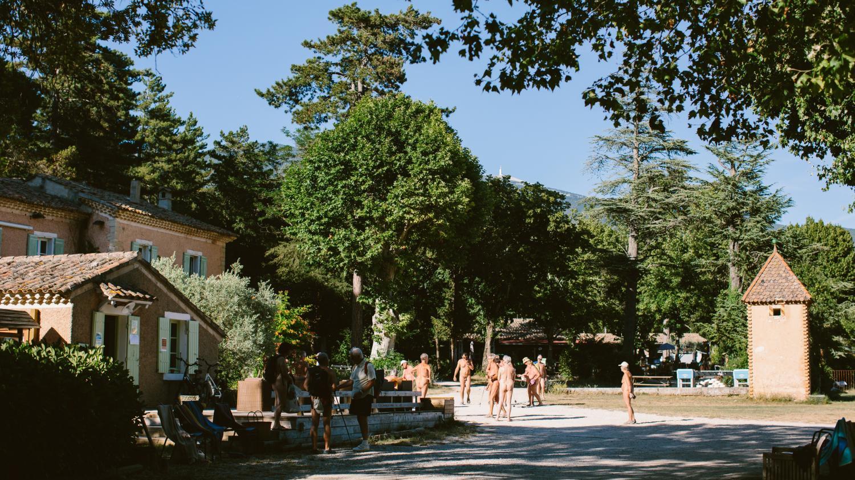 """""""Le naturisme c'est une philosophie"""" : au camping de Bélézy, les vacanciers savourent leur """"liberté retrouvée"""" après le confinement"""