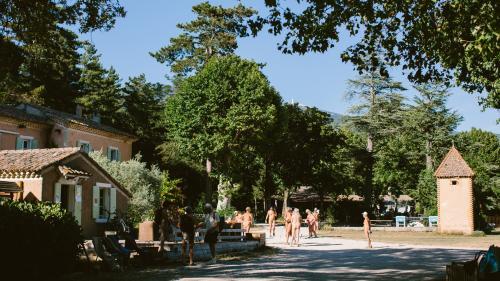 """""""Le naturisme c'est une philosophie"""": au camping de Bélézy, les vacanciers savourent leur """"liberté retrouvée"""" après le confinement"""