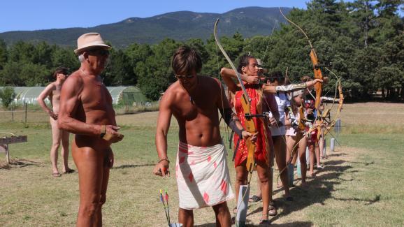 Un cour de tir à l\'arc au camping de Bélézy (Vaucluse), le 7 juillet 2020.