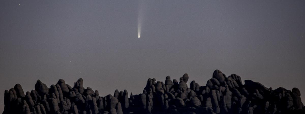 La comète C/2020 F3, dite Neowise, au-dessus de la montagne de Montserrat, près de Barcelone, en Catalogne (Espagne), le 9 juillet 2020.