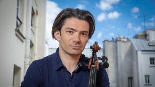 """Gautier Capuçon poursuit son """"été en France"""" et offre une master class de violoncelle aux enfants de Chouvigny"""